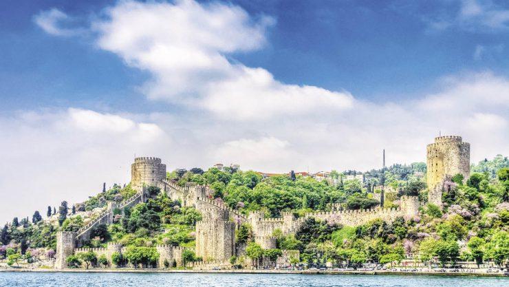 Tarihi Bir Dekorun Çok Ötesinde: İstanbul Surları